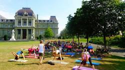 Yoga dans le parc