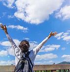 空に向かって万歳する女性1.jpg