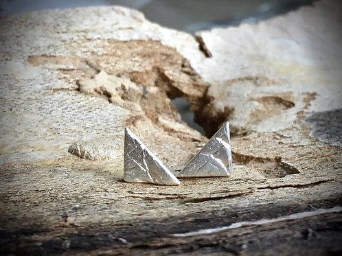 Minimalistische driehoekige oorstekers in fijn zilver 999