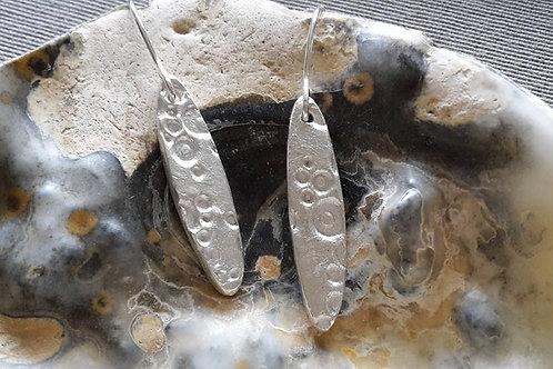 Zilveren oorbellen ovalen staafjes met reliëf