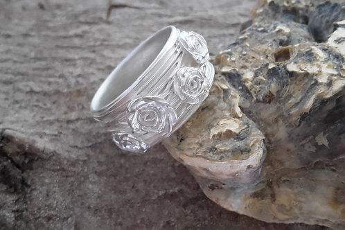 Zilveren ring met filigraan en roosjes