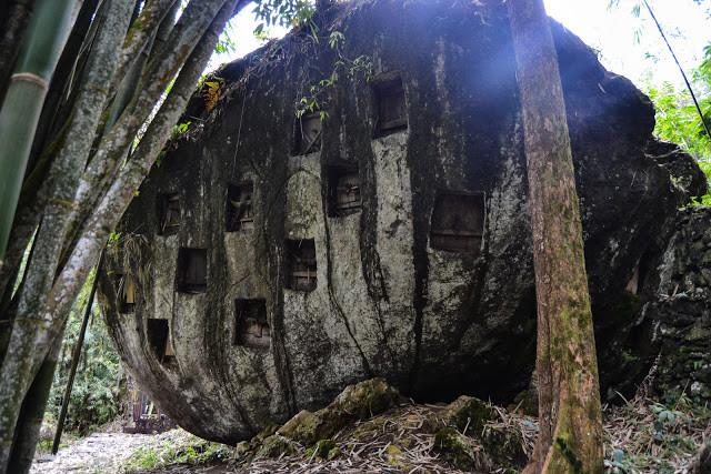 Liang Pa' di kawasan Bori Kalimbuang. Kubur batu pada batuan oval. @iqbal_kautsar