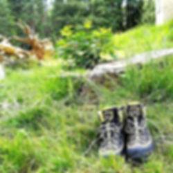 scarponi e montagna