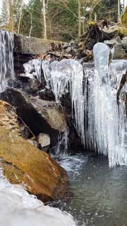 菰釣山への道で見た滝と氷柱