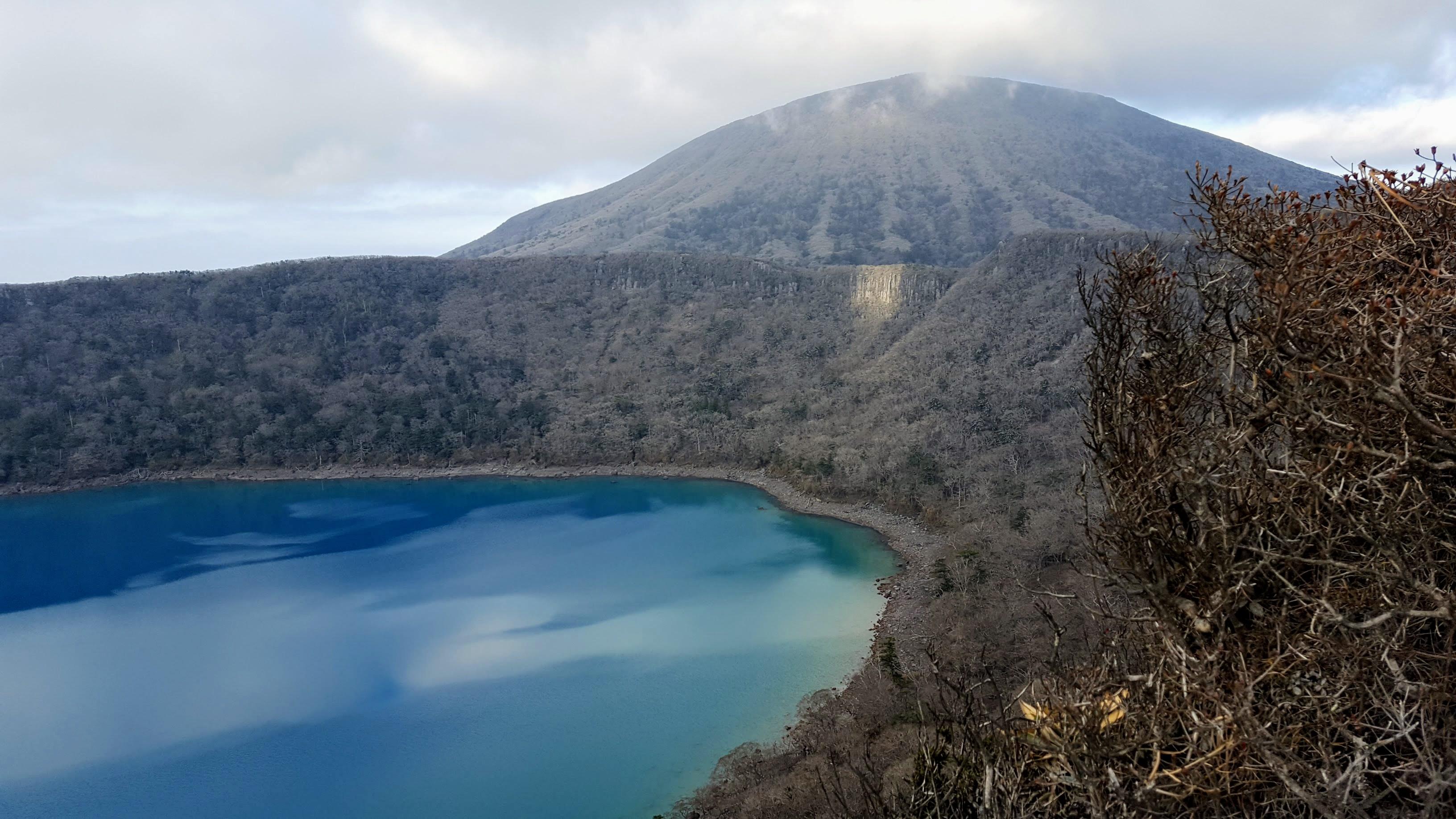 エメラルドブルーの大浪池と韓国岳