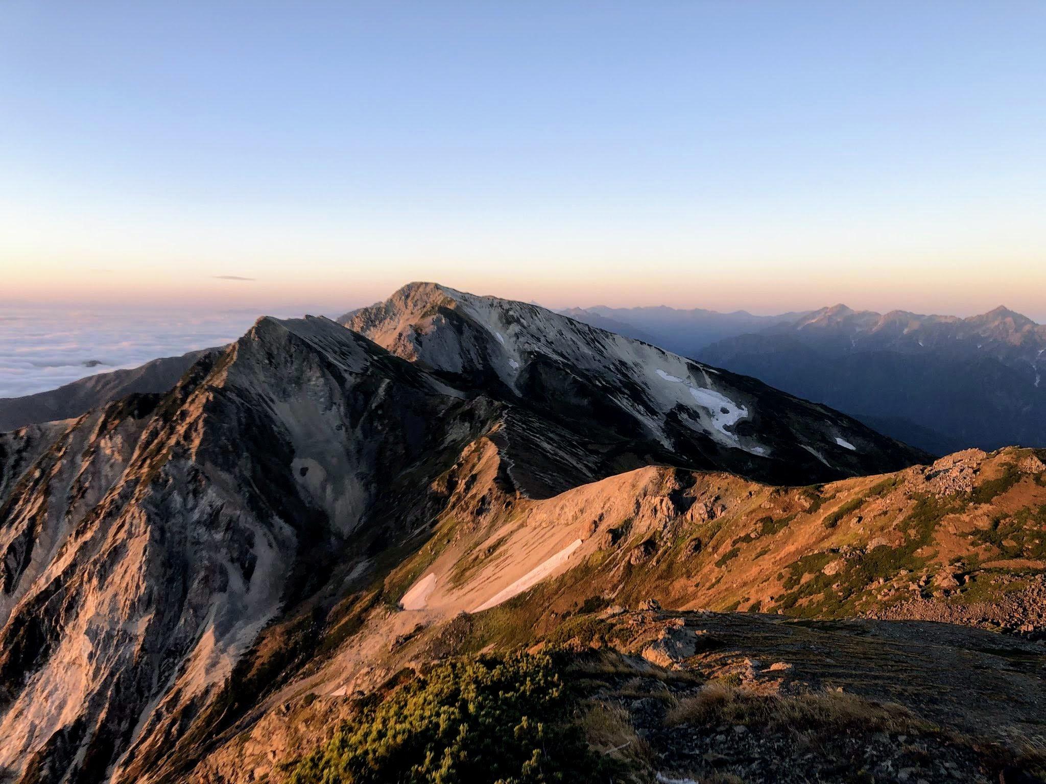 白馬岳の夜明け、雲海と稜線、槍ヶ岳