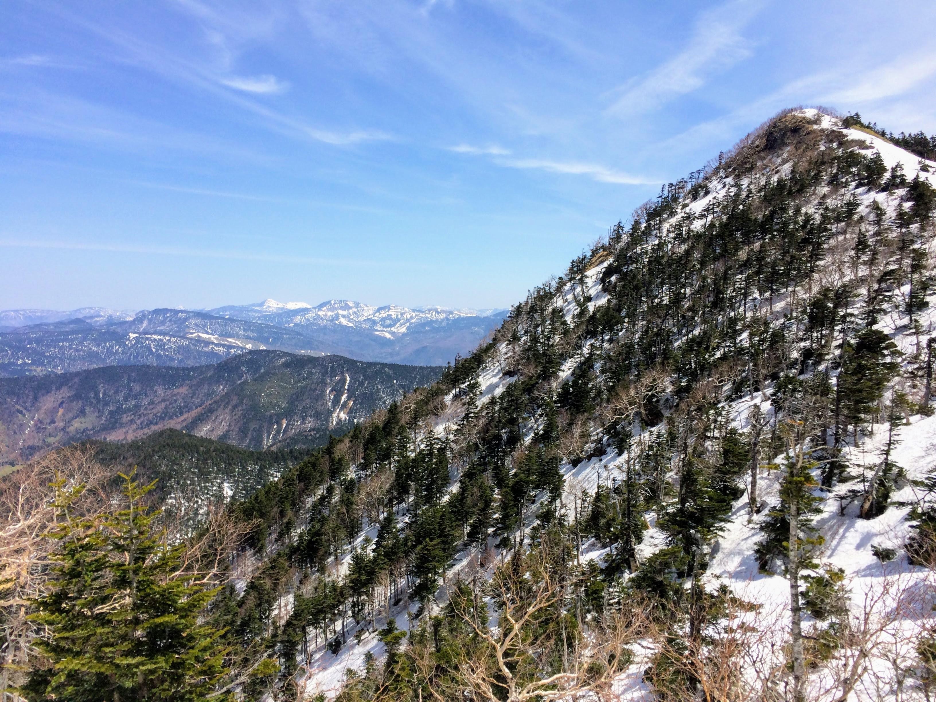 残雪の四阿山と草津白根山