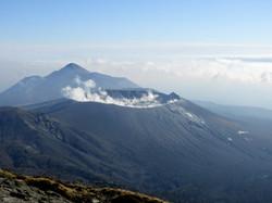 韓国岳山頂からの新燃岳、高千穂峰
