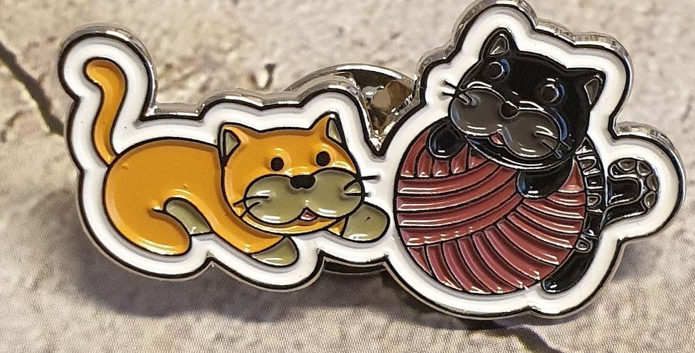 Pin, To katte med garn