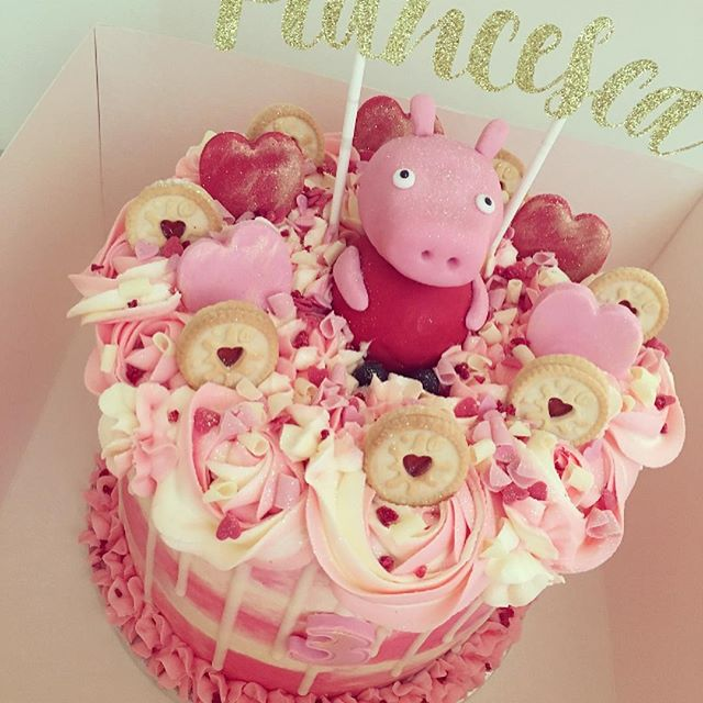 Peppa Pig cake for Francesca 😍🐷._._._.
