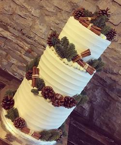 Festive wedding cake for the lovely Laura & Glenn on Thursday ❤️🌿bottom tier salted caram
