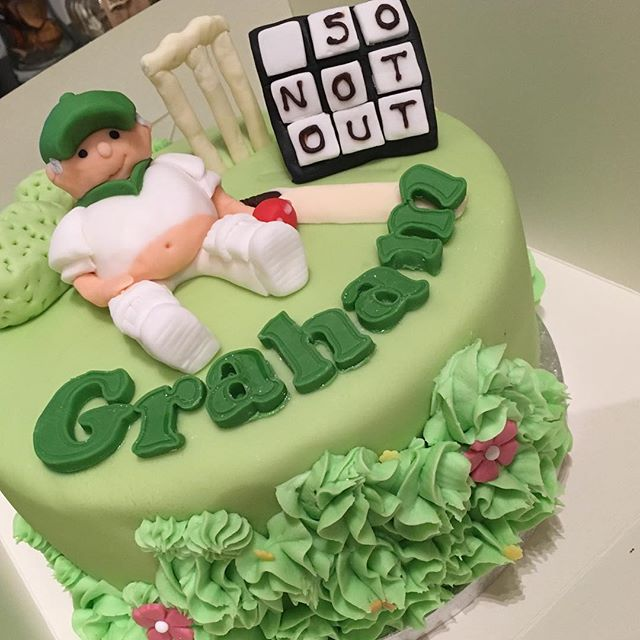 LOVED doing this cricket cake 💚🏏._._._._