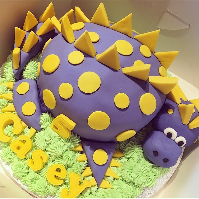 Dinosaur cake for Casey.. 🦖💛💙