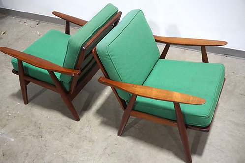 Pair of Hans Wegner Ge-270 lounge chairs