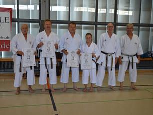 Vier Karateka legen die Prüfung zum 1. Dan ab