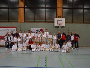 Die Jugend der Karateschule ist zum Vereinsturnier angetreten