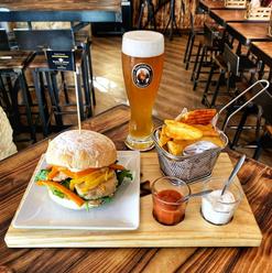 Hamburger Perceval e Cerveja Franziskaner.