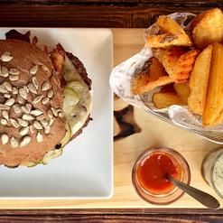 Todos os nossos hamburgueres são acompanhados por deliciosas batatas rústicas delicadamente temperadas com páprica doce e com os molhos Santo Graal (maionese de alho) e o surpreendete Ketchup de goiabada.