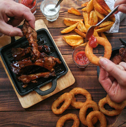 Costelinhas de Porco BBQ, Batatas Rústicas ou Aros de Cebola, qual sua entrada favorita?