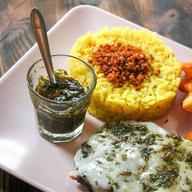 Bife Parrillero Completo, com queijo provolone e molho chimichurri acompanhado do Arroz do Chef e de Batatas Rústicas.