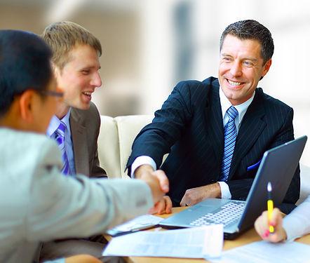 Les hommes dans une réunion