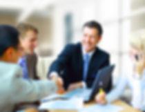 Los hombres en una reunión