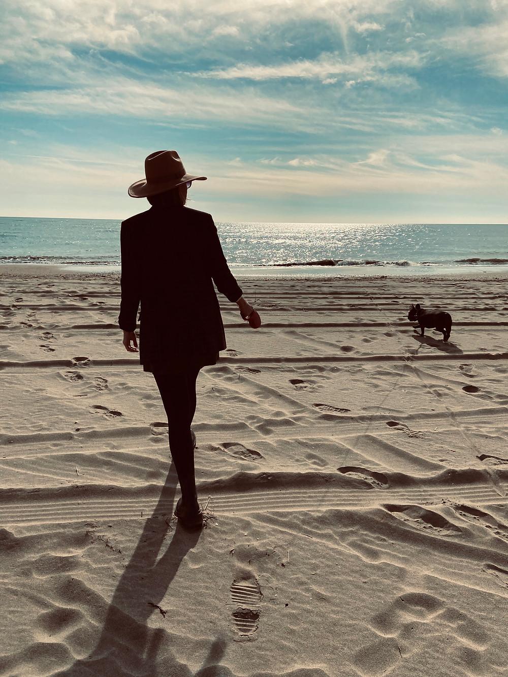 paseando por la playa de isla canela con un sombreo y mi perra noa