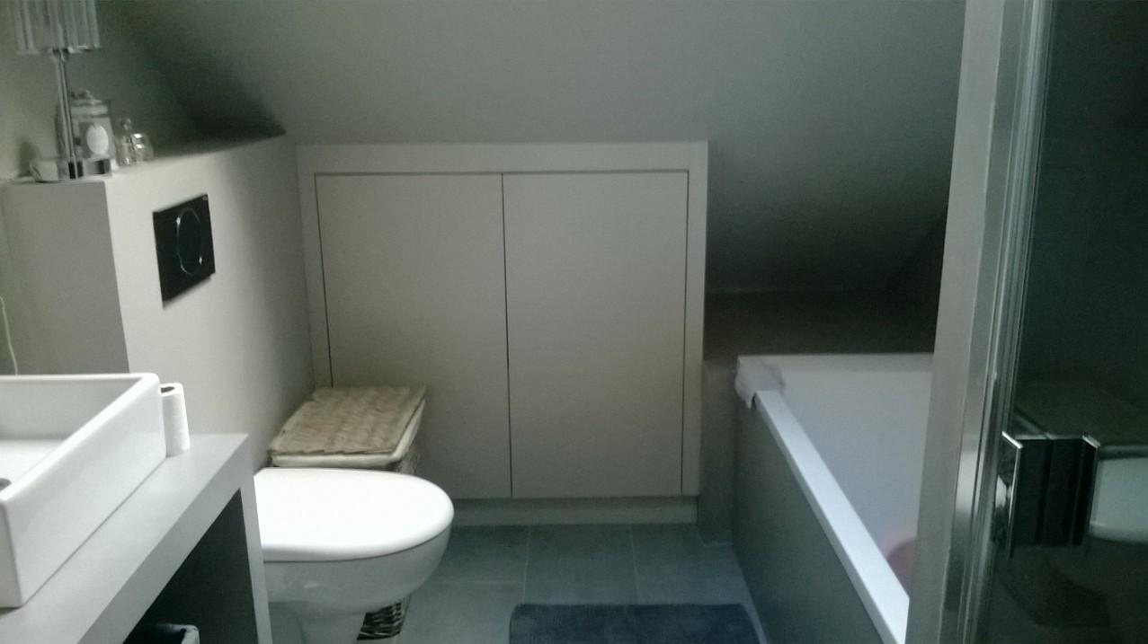 Agenc. d'une salle de bain, sous pente