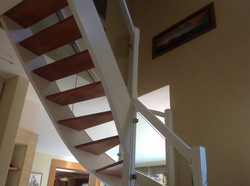 Modernisation d'un escalier - Nouvelle teinte et pose d'un garde corps en verre