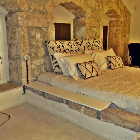 letto king size incastonato nella pietra