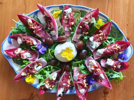 Salade met gemarineerde rode ui en burrata