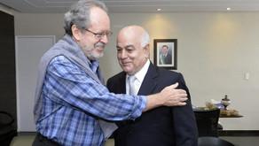 Helio de Sousa cumprimenta autores do livro sobre Cooperativismo de Crédito