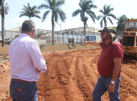 Máquinas trabalham na construção de novo acesso da rodovia que vem do Flamboyant para o Canedo.