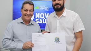 Câmara de Vereadores [Saúde]: Reinaldo Alves entrega emenda parlamentar à saúde para  Thiago Moura.