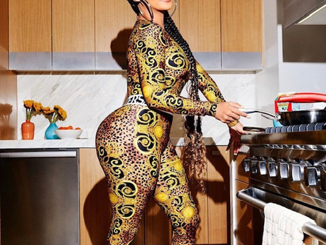 LALA IS IN THE KITCHEN LIKE WHAT? I LOVE IT LOL. SHE IS THE NEW HOTTEST IMAGE OF THE WEEK!