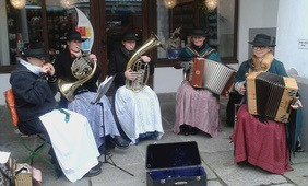 Frauen spielen auf Instrumenten