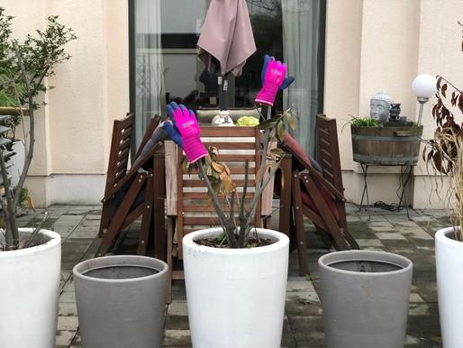 Unser Kampf gegen das Terassen-Chaos - mit Spaten und Gartenhandschuhe in die Schlacht...