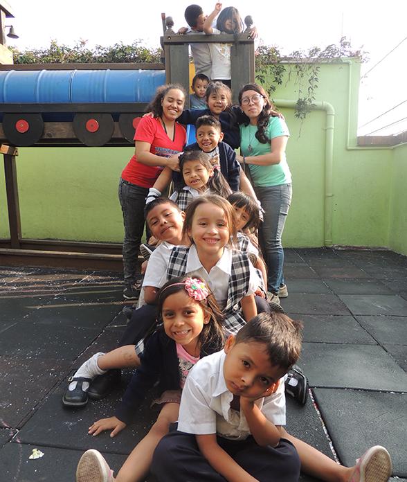 Nuestra Sagrada Familia niños y maestras