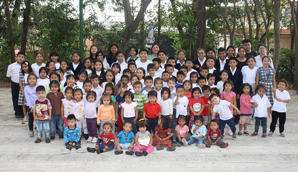 Grupo completo de niños beneficiados por Nuestra Sagrada Familia