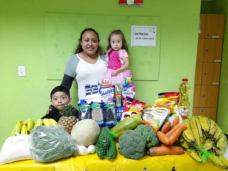 Entrega de víveres a familias del centro
