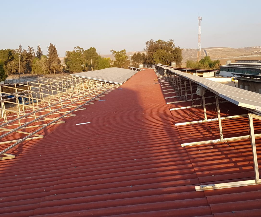 פאנלים סולאריים על גג צמנטבורד