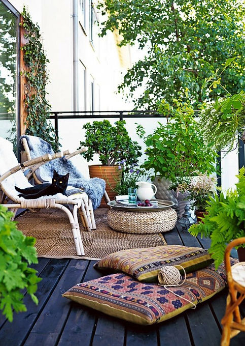 Blooming-balcony-garden-that-obscures-th