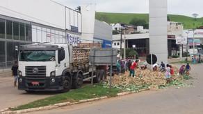 Caminhões tombam em Santo Amaro e Manhuaçu durante o feriado