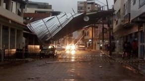 Telhado voa inteiro e interdita rua em Vilanova