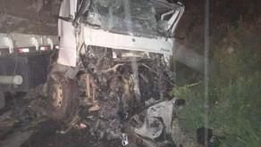 Carreta e caminhão batem na BR 116, em São João do Manhuaçu