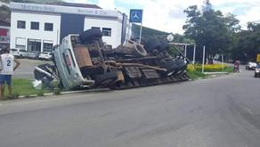 Caminhão com carga de cimento tomba no trevo de Realeza