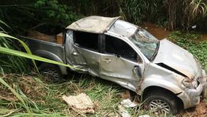 Motorista perde controle ao limpar cuspe de janela e acaba colidindo com dois veículos na BR