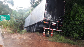 Carreta sai da pista em Dom Corrêa