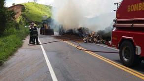 Bombeiros apagam incêndio em carreta em Abre Campo