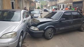 Veículo desce ladeira desgovernado e atinge outro carro